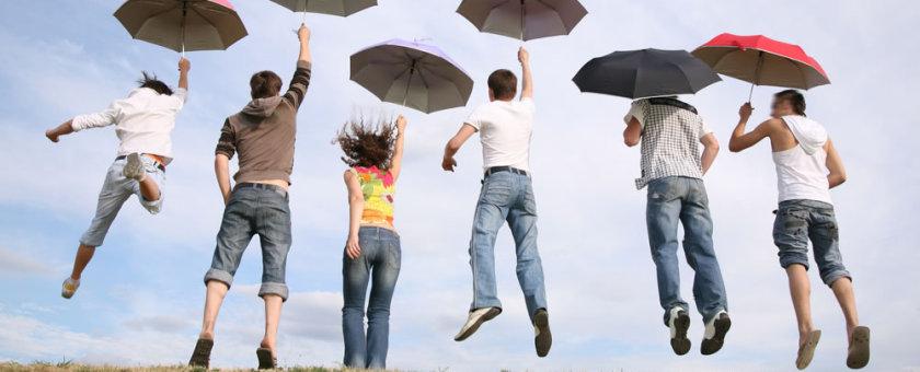 jovenes-saltando-paraguas
