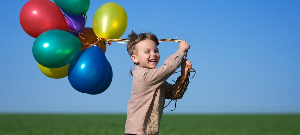 ninyo-globos-hierba-corriendo